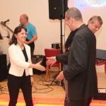 Alena Mihulová přebírá cenu za nejlepší herečku z rukou prezidenta akademie Radovana Novotného