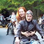 Simona Stašová a místní motorkář